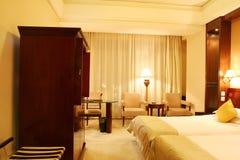 Sola cama dos en un dormitorio Imagen de archivo libre de regalías