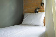 Sola cama en hotel Fotografía de archivo