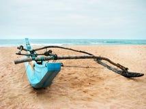 Sola canoa de soporte hecha en casa en Sandy Beach - verano s activo fotografía de archivo libre de regalías