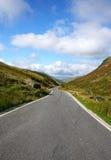 Sola carretera nacional estrecha del carril, País de Gales Reino Unido. Fotografía de archivo