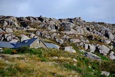 Sola casa en las montañas Imagen de archivo