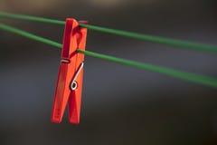 Sola clavija de ropa roja Imagen de archivo libre de regalías
