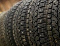 Sola fila de los neumáticos populares de la nieve del invierno del coche con los puntos del metal para un mejor apretón foto de archivo libre de regalías