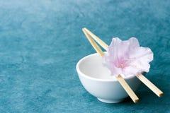 Sola flor en un tazón de fuente de arroz; visión amplia, espacio de la disposición Fotos de archivo libres de regalías