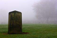 Sola lápida mortuaria en un cementerio fantasmagórico Imagenes de archivo