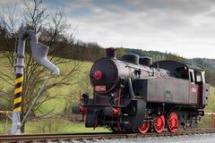 Sola locomotora de vapor negra con las ruedas rojas Relleno de la bomba de agua fotografía de archivo