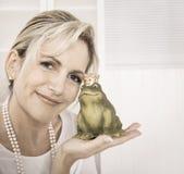 Sola más vieja mujer atractiva con un rey de la rana en sus manos Fotos de archivo