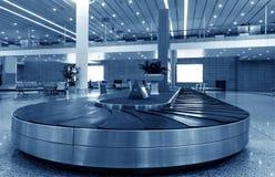 Sola maleta solamente en aeropuerto fotografía de archivo libre de regalías