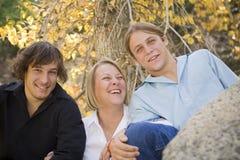 Sola mama que ríe con sus adolescentes Foto de archivo