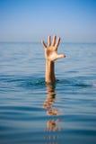 Sola mano de ahogar al hombre en el mar que pide ayuda Imagen de archivo libre de regalías