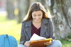 Sola muchacha del estudiante que estudia notas de la lectura Fotos de archivo