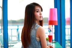 Sola mujer joven asiática Imagen de archivo libre de regalías