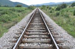 Sola pista ferroviaria vieja que entra distancia fotos de archivo libres de regalías