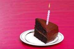Sola porción de la torta de cumpleaños con la vela Fotografía de archivo