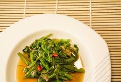 Sola porción de verduras chinas en una placa blanca Fotos de archivo libres de regalías
