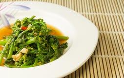 Sola porción de verduras chinas en una placa blanca Foto de archivo libre de regalías