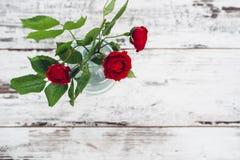 Sola rosa del rojo en la tabla de madera del vintage Imagen de archivo