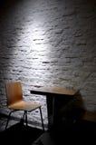 Sola silla en interior minimalista Fotografía de archivo libre de regalías