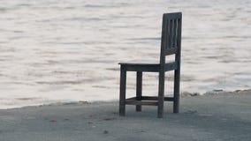 Sola silla en la orilla del mar almacen de video