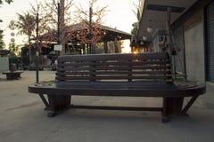 Sola silla en parque público Foto de archivo