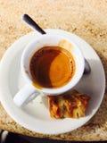 Sola taza de café en la tabla Imagen de archivo