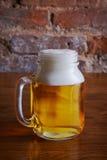 Sola taza de cerveza en la tabla Fotografía de archivo