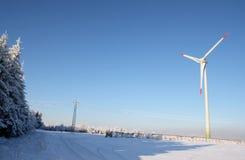 Sola turbina de viento en invierno Fotos de archivo libres de regalías