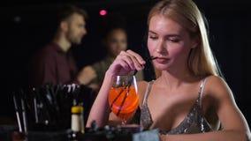 Solamente agujereado cóctel de consumición de la mujer en club nocturno almacen de metraje de vídeo