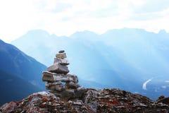 Solamente en el pico en la montaña Imágenes de archivo libres de regalías
