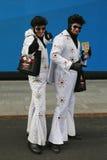 Solamente en Nueva York Los ejecutantes no identificados de la calle vestidos como Elvis Presley ajustan a veces en Midtown Manha imagenes de archivo