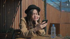 Solamente la mujer joven está charlando por aire libre del smartphone en día de primavera soleado almacen de video