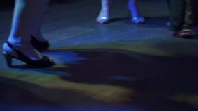 Solamente las piernas se cierran para arriba Pies del baile en zapatos del ` s de las mujeres Bailando en club nocturno, partido, almacen de metraje de vídeo