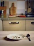 Solamente píldoras en la placa en la cocina - concepto de la dieta Imágenes de archivo libres de regalías