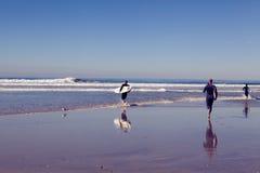 Solana strandsurfare i morgonen Arkivbilder