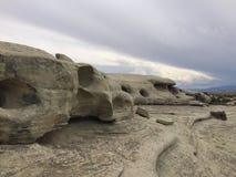 Solankowe obmycie skały z dziurami obraz royalty free