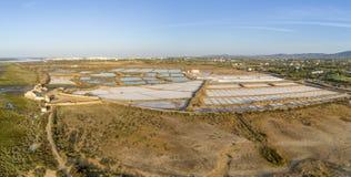 Solankowej produkci niecek powietrzny panoramiczny widok w Ria Formosa bagnach, Algarve Zdjęcia Stock