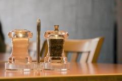 Solankowi i pieprzowi potrząsacze na stole w restauraci Obraz Royalty Free