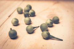 Solanum μούρων της Τουρκίας torvum Sw σε ένα ξύλινο πάτωμα Στοκ φωτογραφίες με δικαίωμα ελεύθερης χρήσης