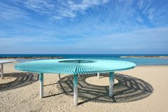 Solarüberdachung auf dem Strand von Mittelmeer lizenzfreie stockfotos