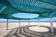 Solarüberdachung auf dem Strand von Mittelmeer lizenzfreies stockbild