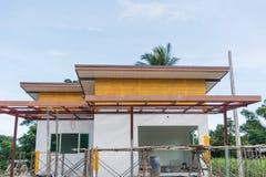 Solar con la casa bajo construcción Imagen de archivo