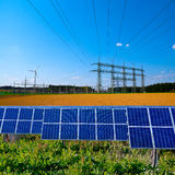 Solar-, elektrische Nebenstelle und Stromleitungen stockfoto