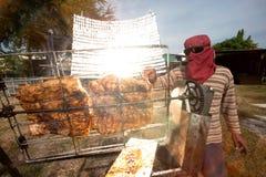 Solar-gegrilltes Schweinefleisch von einem Glas Stockfotos