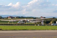 Solar Impulse 2 is een Zwitsers ontwikkeld lange afstand experimenteel zonne aangedreven vliegtuig met de registratie hb-SIB stock afbeelding