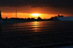 Solar-PV-Dachspitze mit Sonnenunterganghimmel lizenzfreie stockbilder
