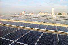 Solar-PV-Dachspitze mit Techniker stockfotos