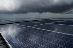 Solar-PV-Dachspitze unter Sturm-Wolke Lizenzfreie Stockfotos