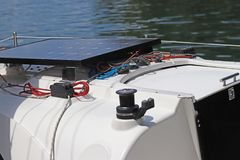 Solarbatterie für die Entwicklung des elektrischen Stroms unter Einfluss des Sonnenlichts brachte an der Plattform einer kleinen  Lizenzfreie Stockbilder