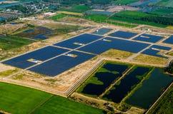 Solarbauernhof, Sonnenkollektoren von der Luft Stockfotografie