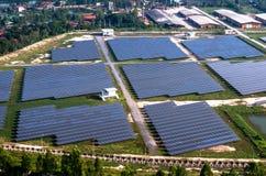 Solarbauernhof, Sonnenkollektoren von der Luft Lizenzfreie Stockbilder